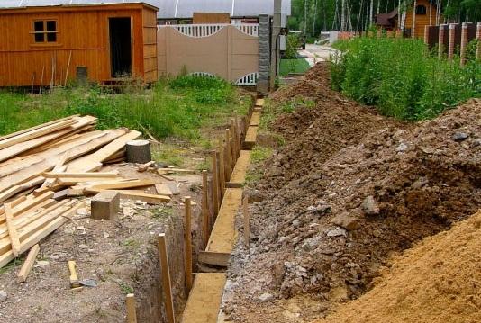 Подготовка траншеи под кирпичный забор
