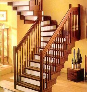 деревянная лестница в кирпичном коттедже