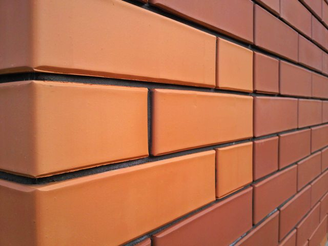 Стена из облицовочного кирпича