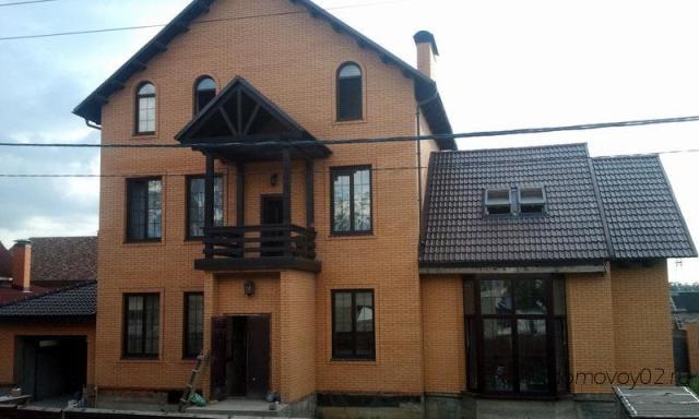 трехэтажный коттедж из кирпича