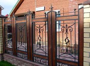 забор с кованными решетками