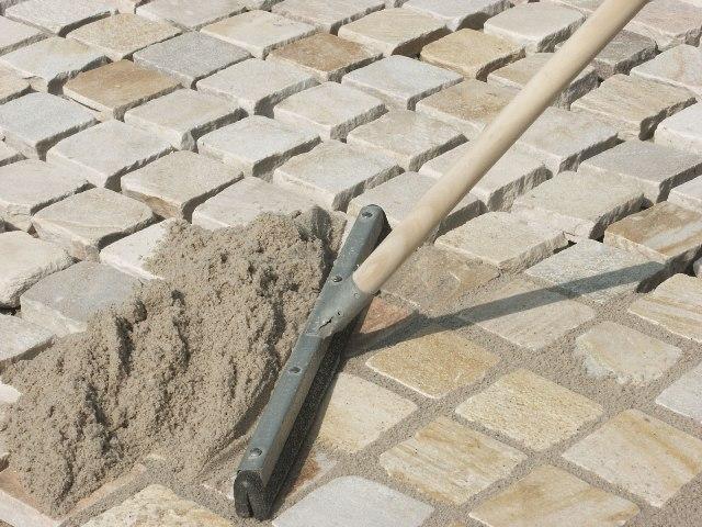 засыпка швов брусчатки смесью цемента с песком